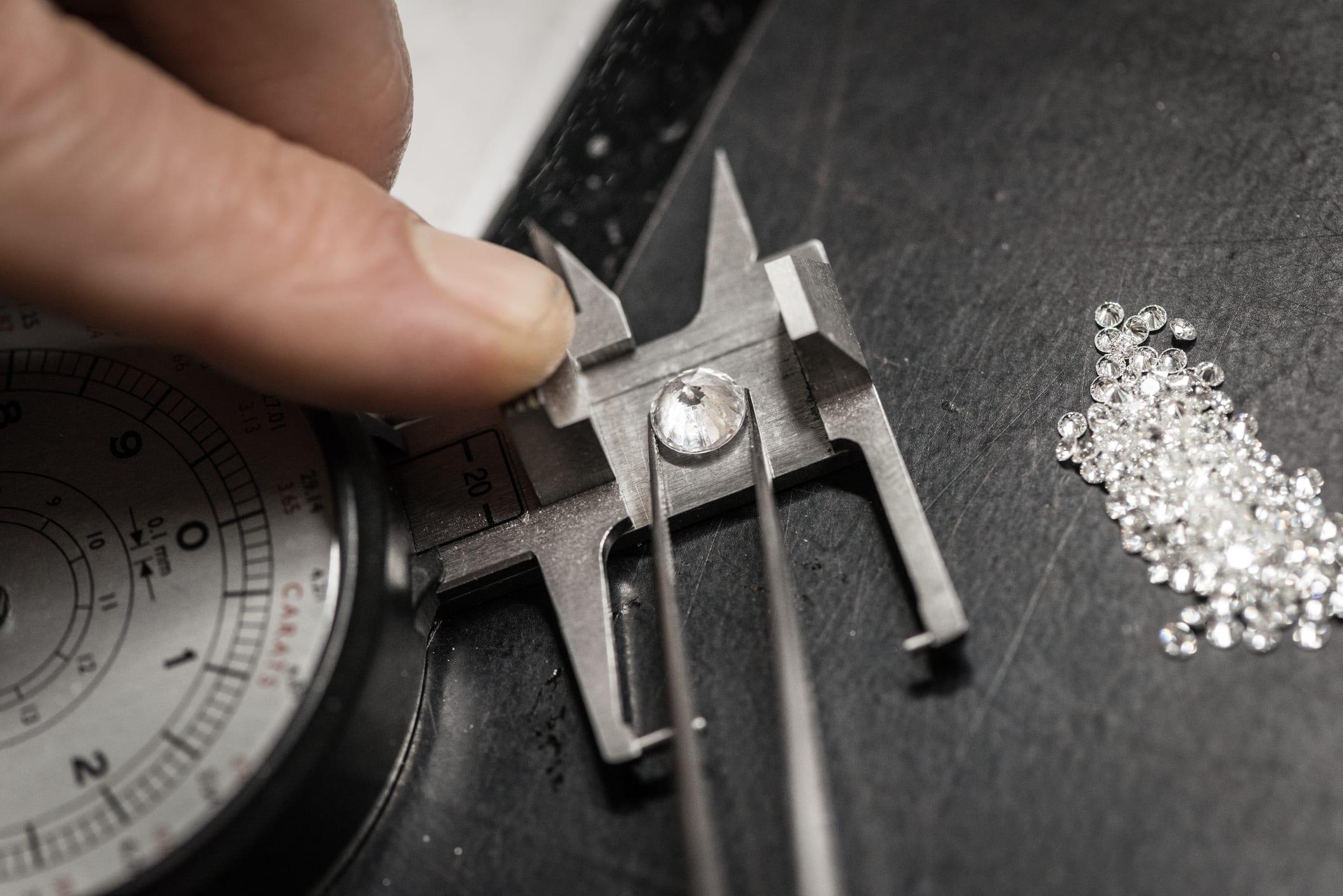 Professional gemstone settings jewellery craft laboratory: Choosing diamonds